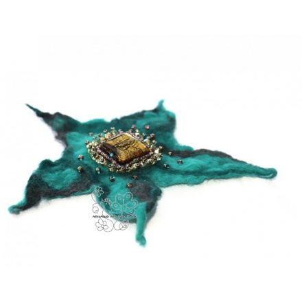 Türkizzöld nemezelt virág kitűző bross hajékszer gyöngyökkel