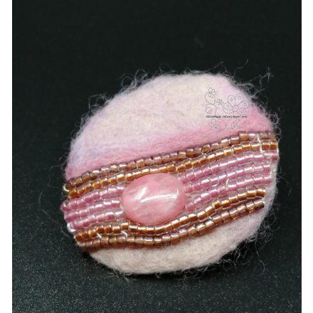 Rózsaszín praliné kitűző, boho ékszer, diétás ékszer